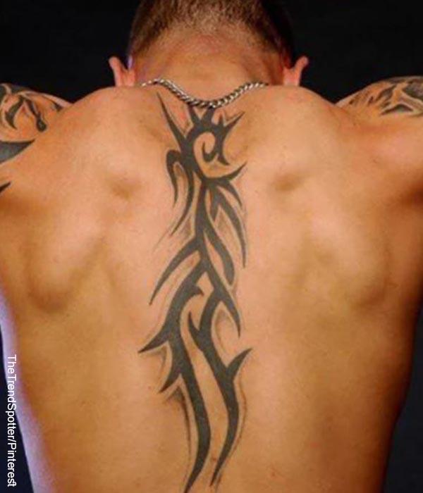 Foto de un hombre que luce un tatuaje de figuras