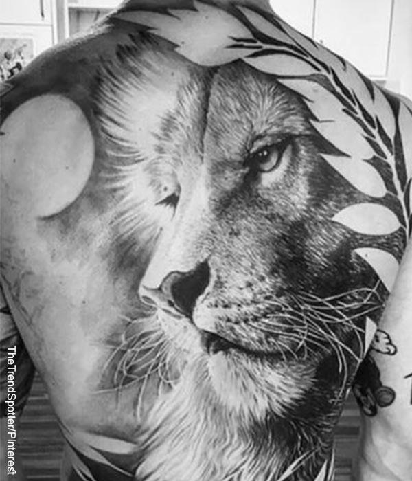 Foto de una persona exhibiendo un león tatuado