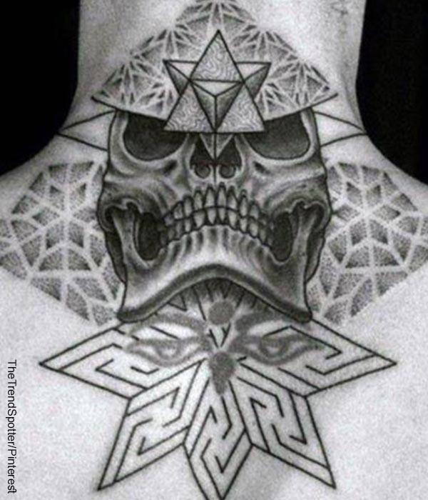 Foto de un hombre que muestra un tattoo en la espalda