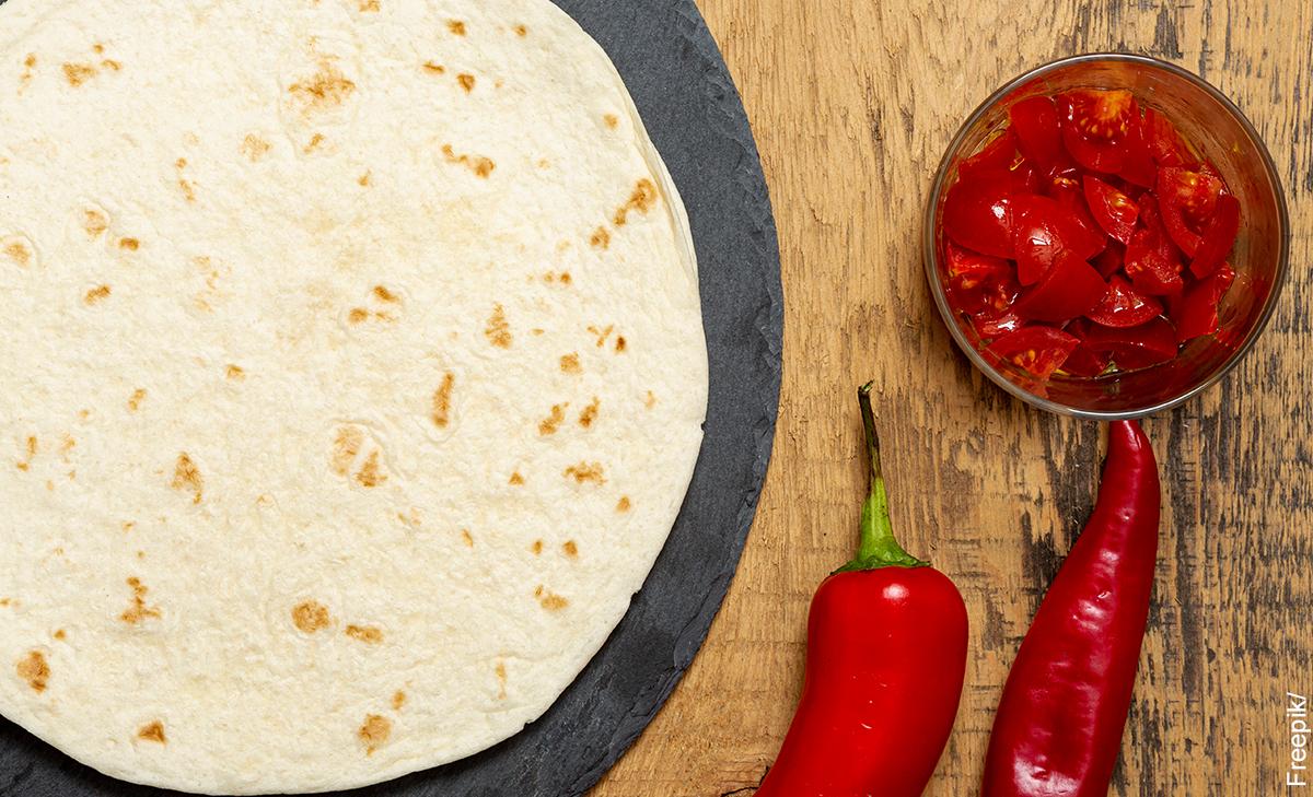 Foto de una masa con chiles que muestra lastortilla de harina con su receta