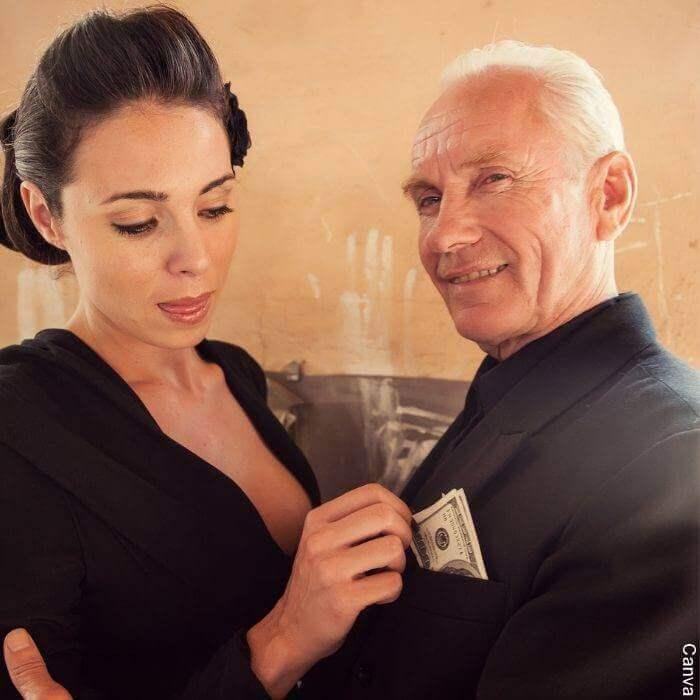 Foto de una mujer joven abrazada con un hombre mayor