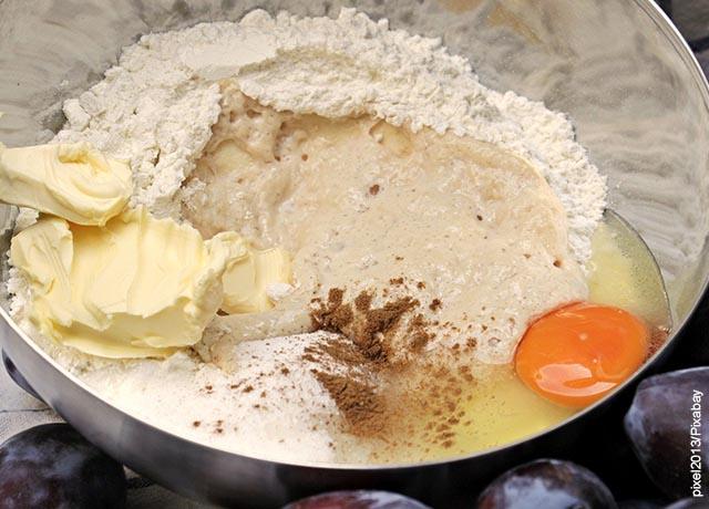 Foto de una mezcla de huevos, harina y mantequilla en un bol
