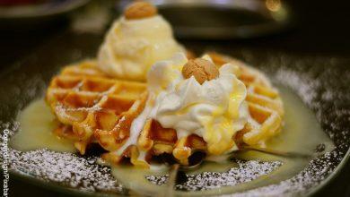 Foto de gofres con helado que muestran los waffles y su receta