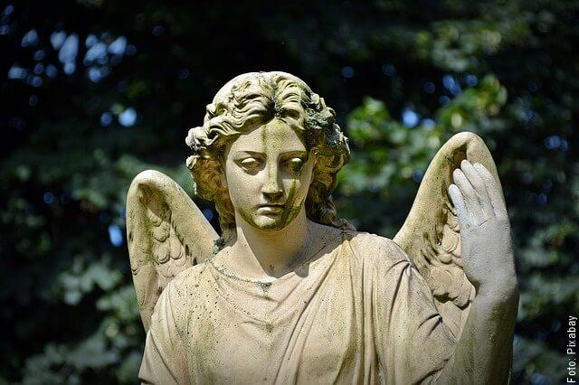 foto de una estatua de ángel