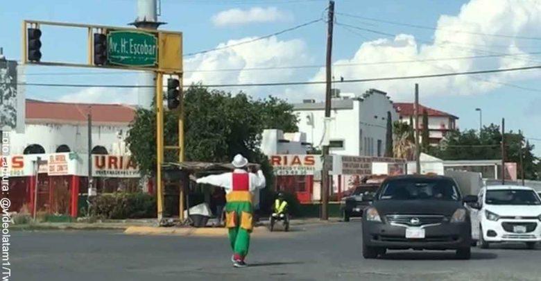 A artista urbano le tocó dirigir el tráfico tras falla en semáforos
