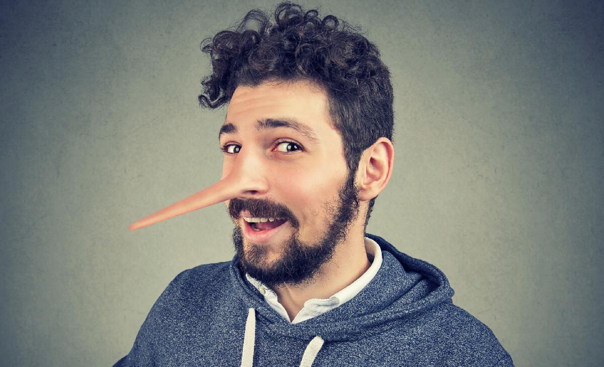 Foto de hombre con la nariz larga, como mentiroso