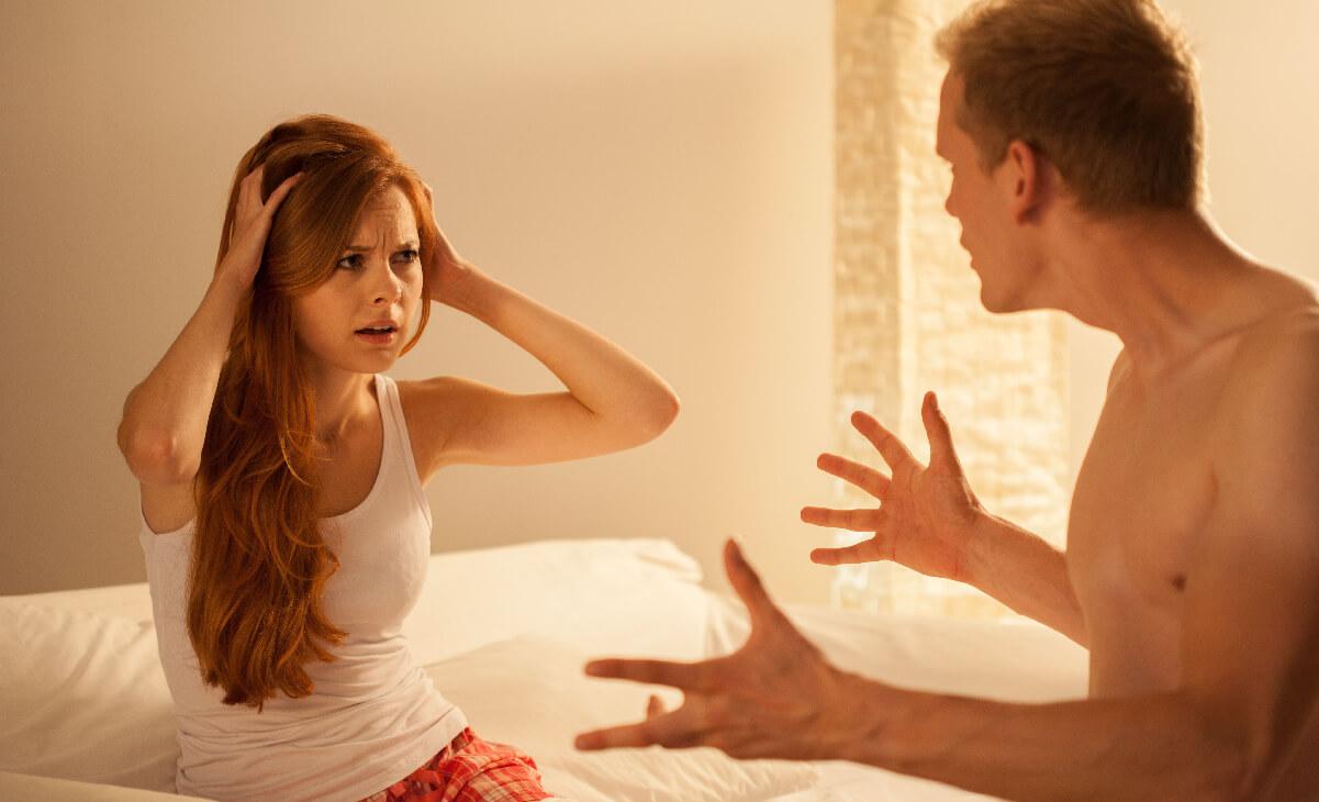 Foto de pareja peleando en la cama