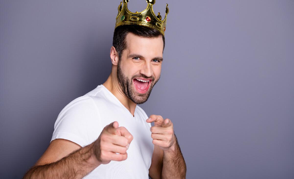 Foto de hombre con una corona