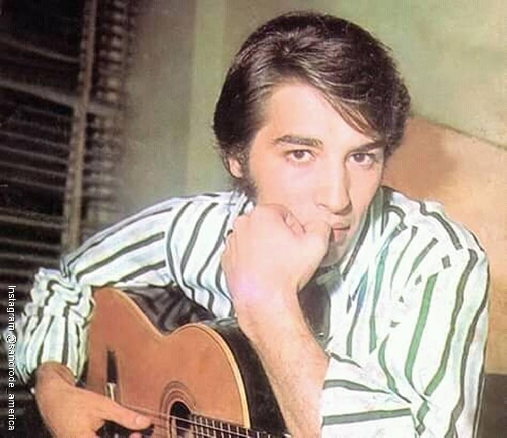 Foto de Sandro de América con una guitarra en sus manos