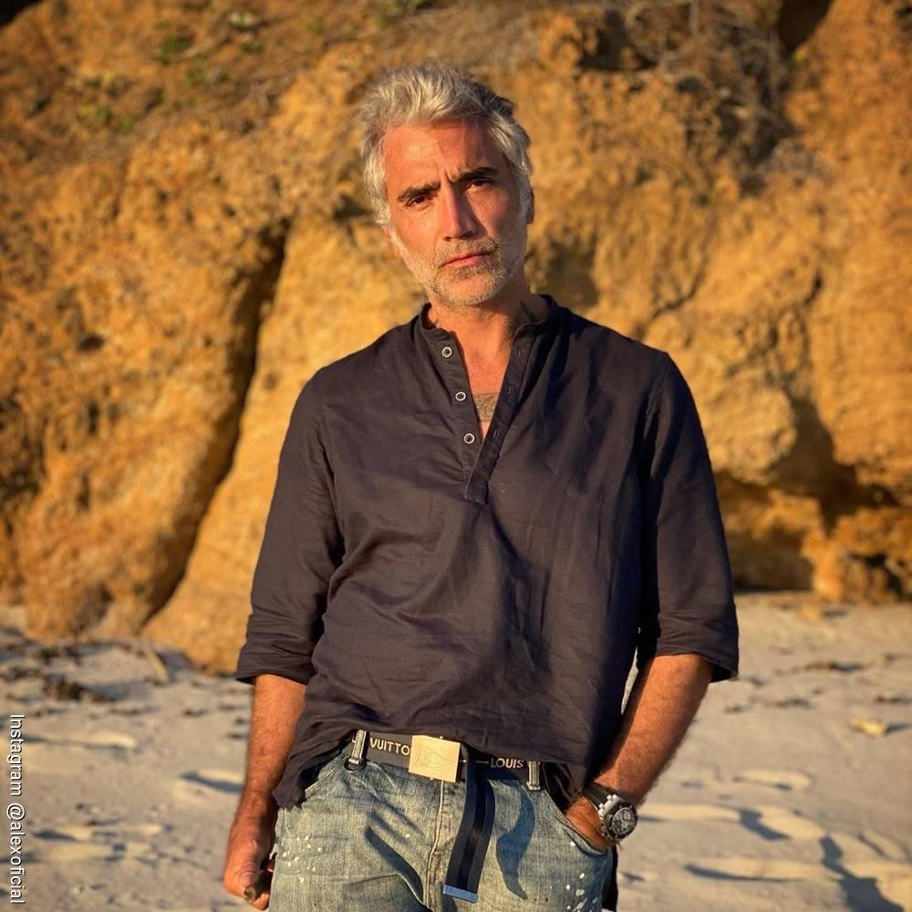 Foto de Alejandro Fernández en un desierto con jeans y camisa oscura