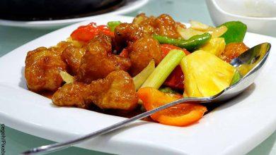 Fptp de un plato de comida oriental con carne y verduras que muestra el cerdo agridulce y su receta