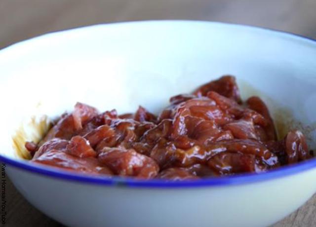 Foto de un plato de carne marinada
