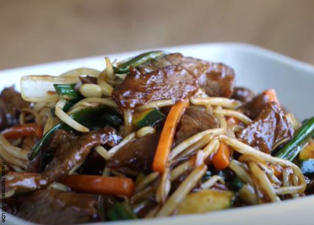 Foto de un plato de comida china