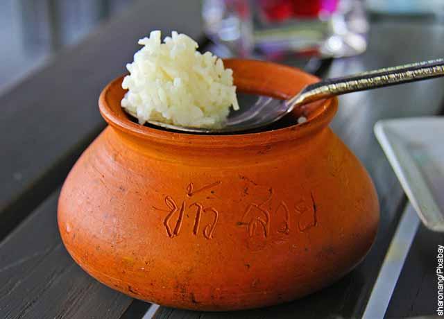 Foto de una vasija de barro con arroz