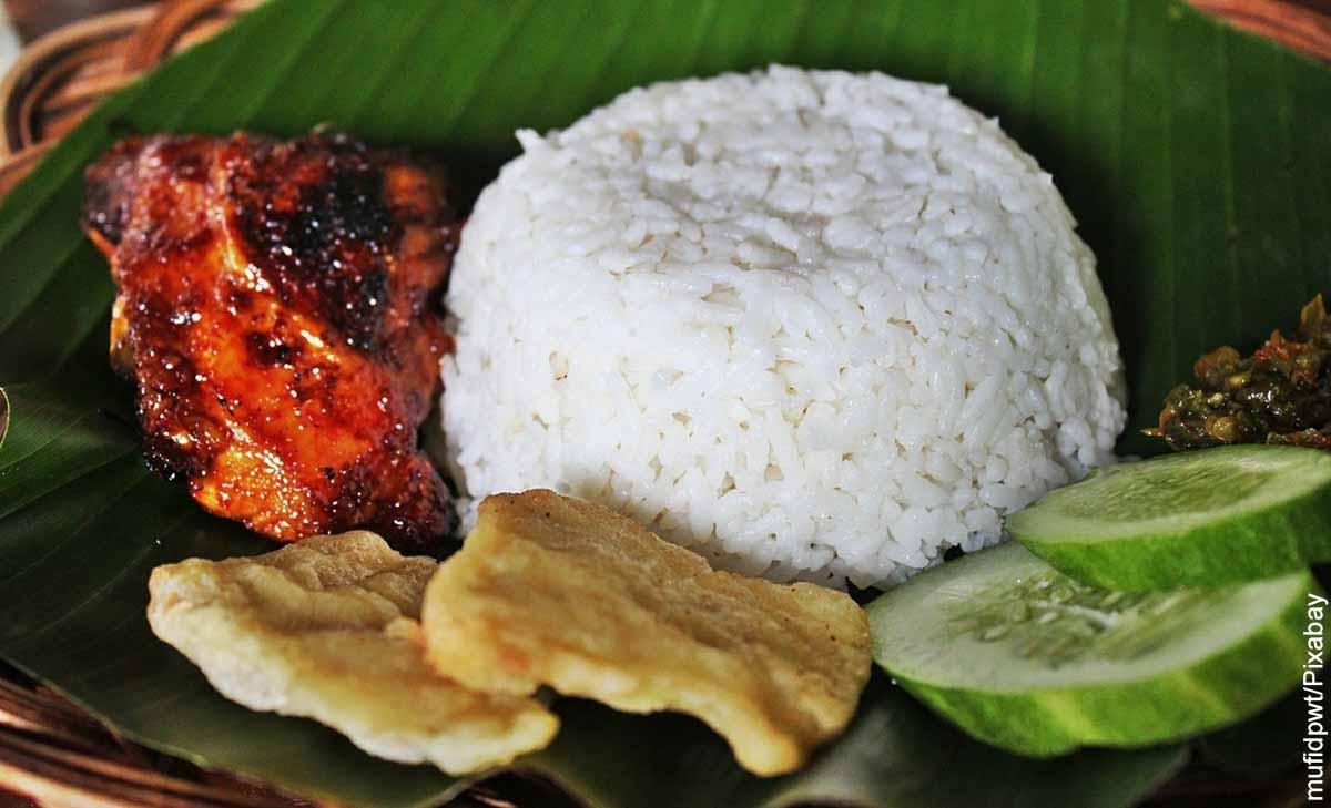 Foto de una porción de arroz servida en hoja de plátano que muestra cómo hacer arroz