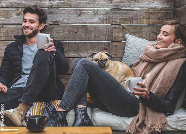 Foto de una pareja sonriendo y tomando café
