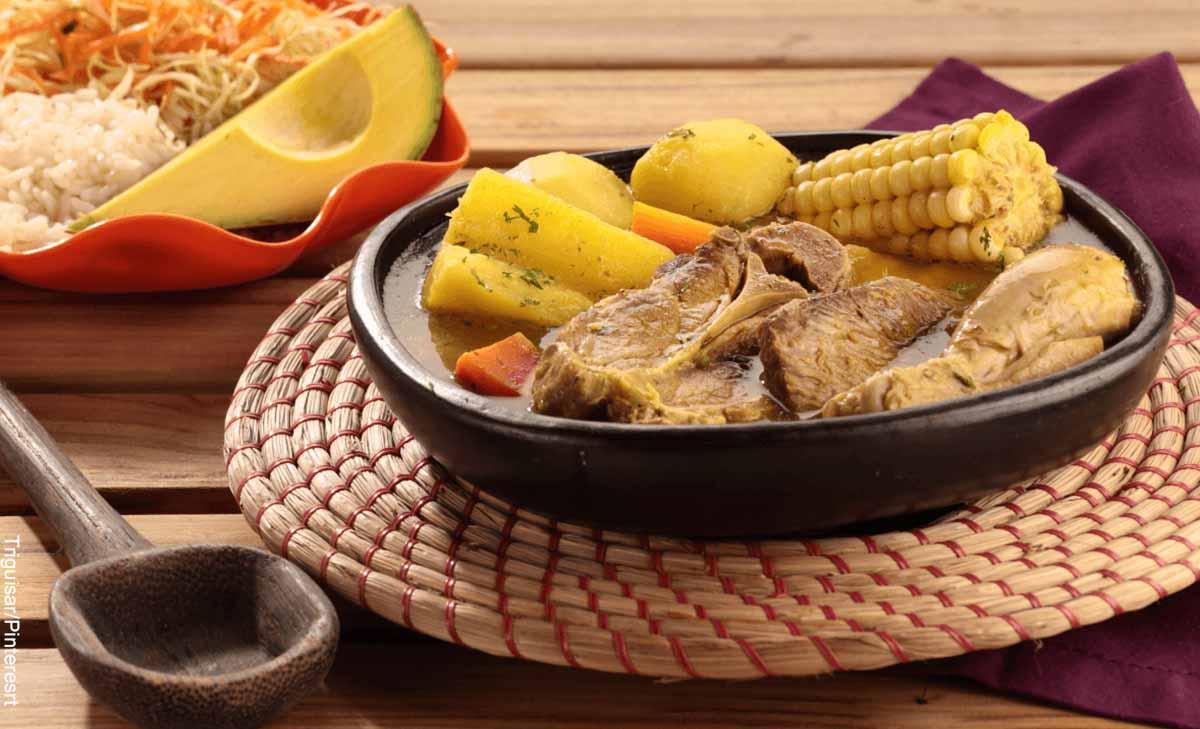 Foto de un plato de sopa en una vasija de barro que muestra cómo hacer un sancocho