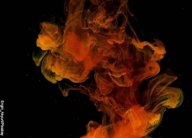 Foto de pintura de color café diluida en el aire