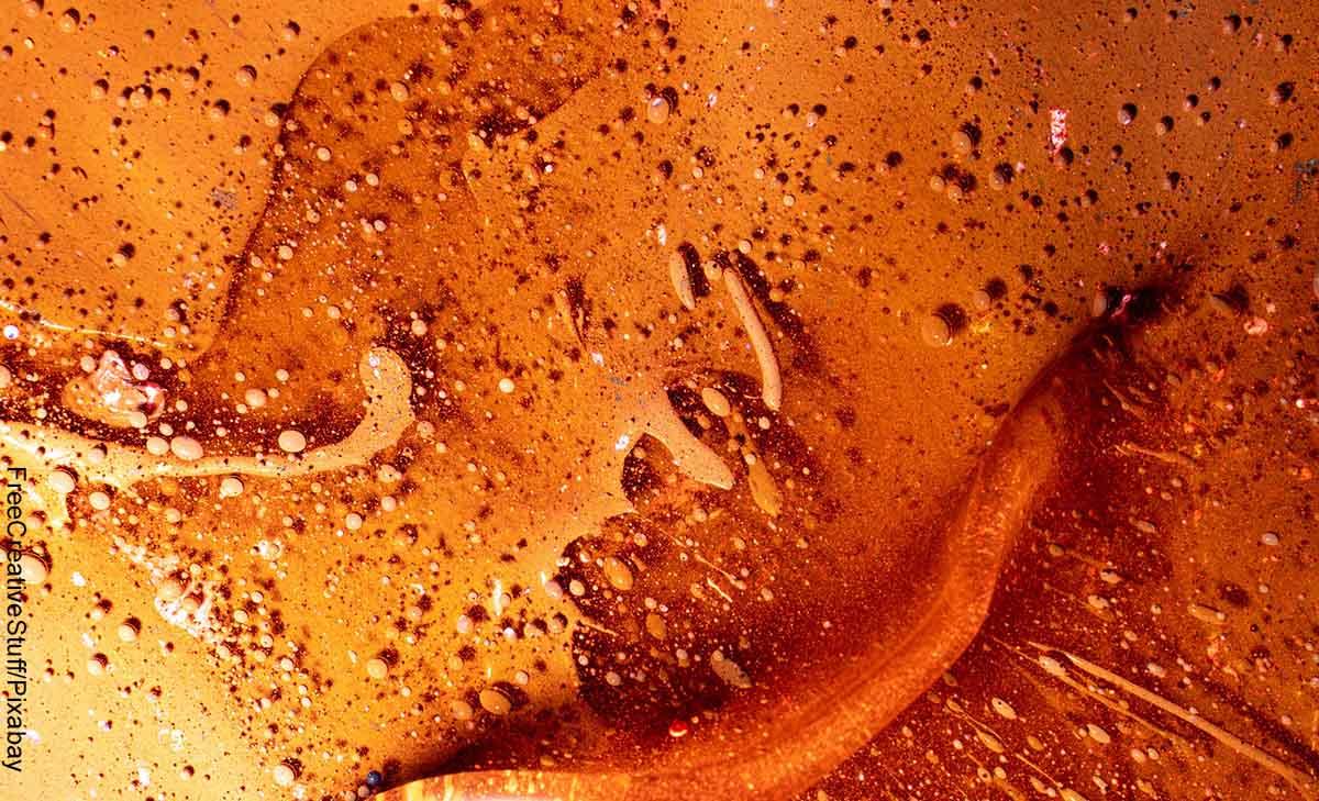 Foto de gotas de pintura color café que muestra con qué colores se hace el marrón
