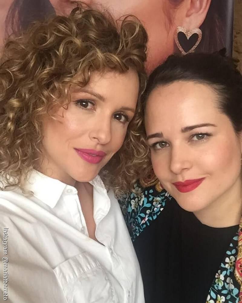 Foto de María T Barreto y Paula Barreto abrazadas en una reunión familiar