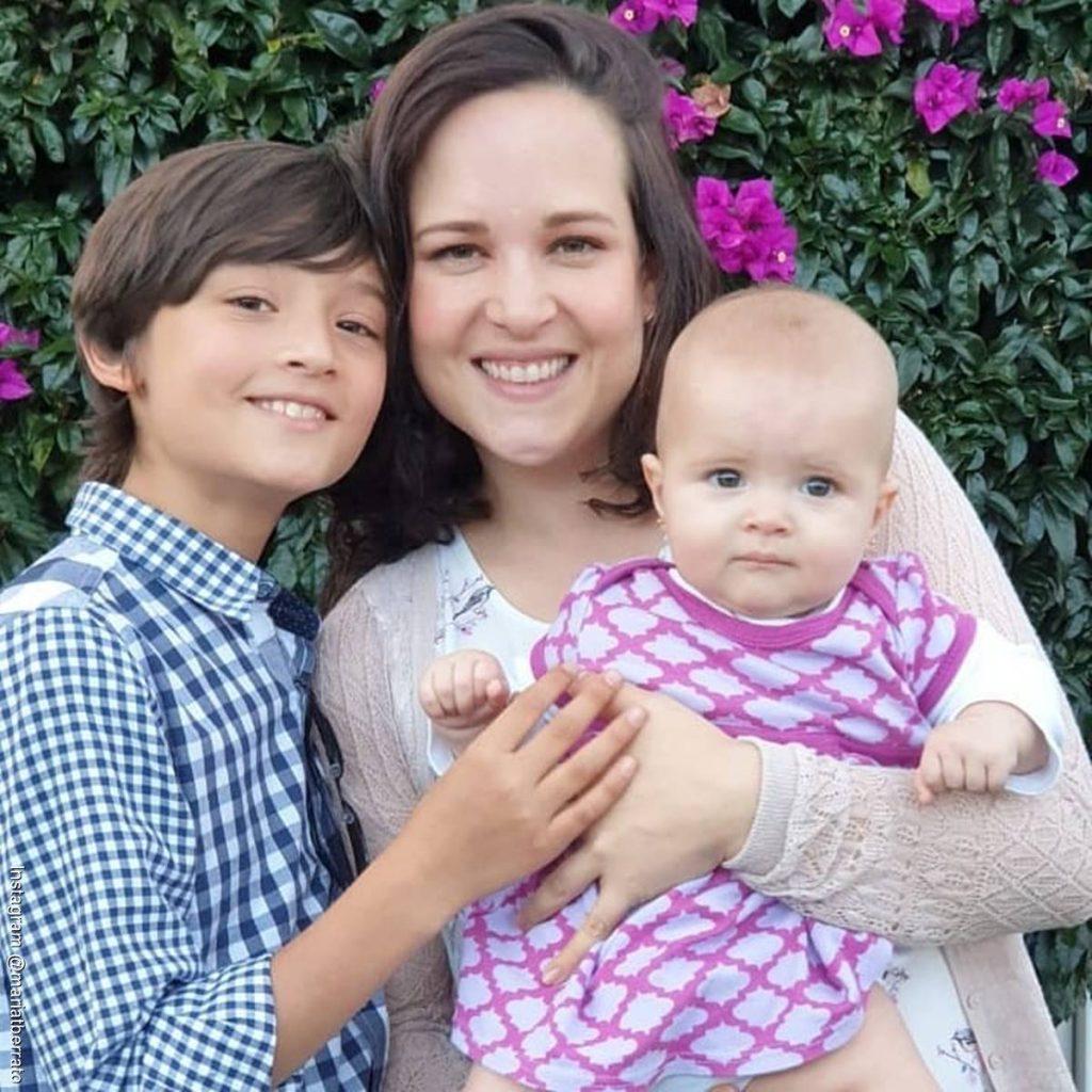 Foto de María T Barreto junto a sus dos hijos