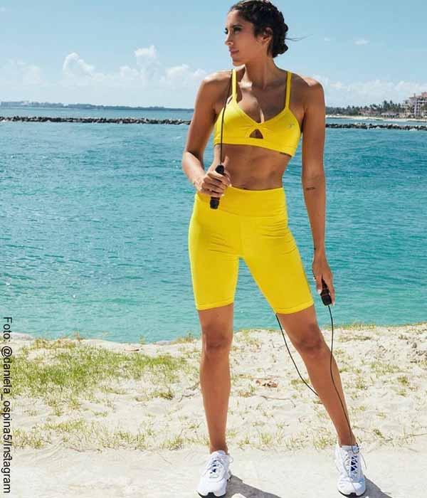 Daniela Ospina lució muy segura y bella con ropa deportiva amarilla