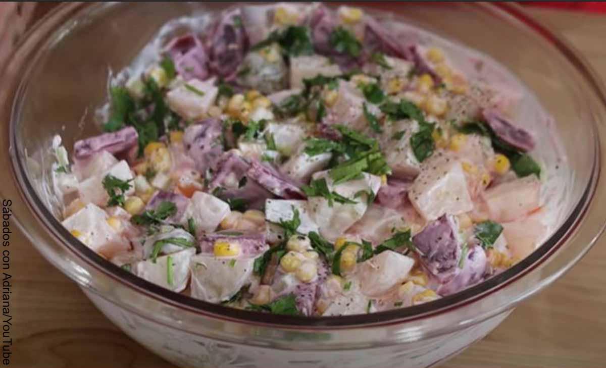 Foto de un bol con diversos ingredientes que muestra la ensalada de papa y su receta