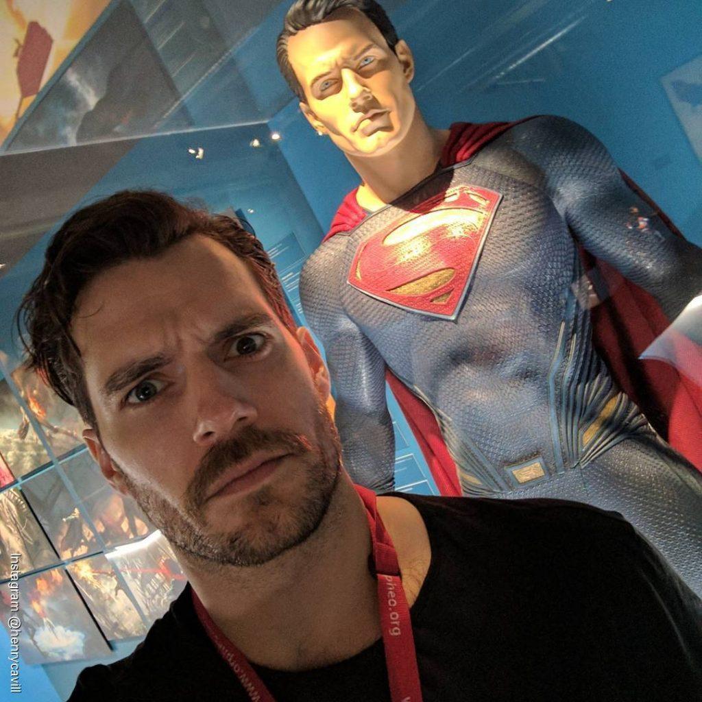 Foto de Henry Cavill con un muñeco de cera de Superman en la parte de atrás