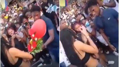 Joven se le declaró a una chica en plena marcha pero ella lo rechazó