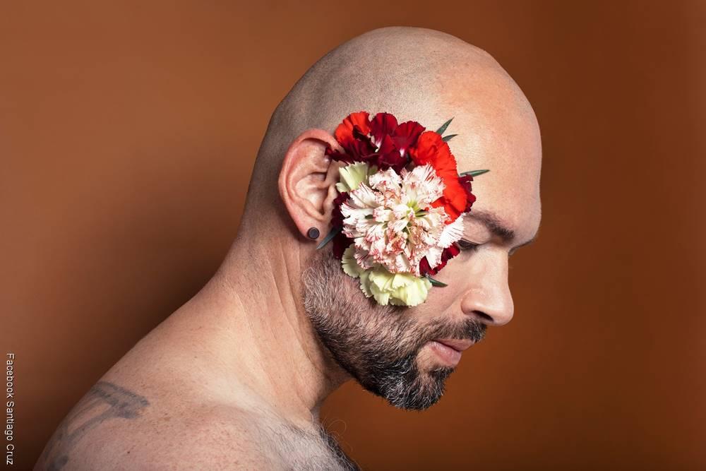 Foto de Santi Cruz con unos claveles en su cabeza