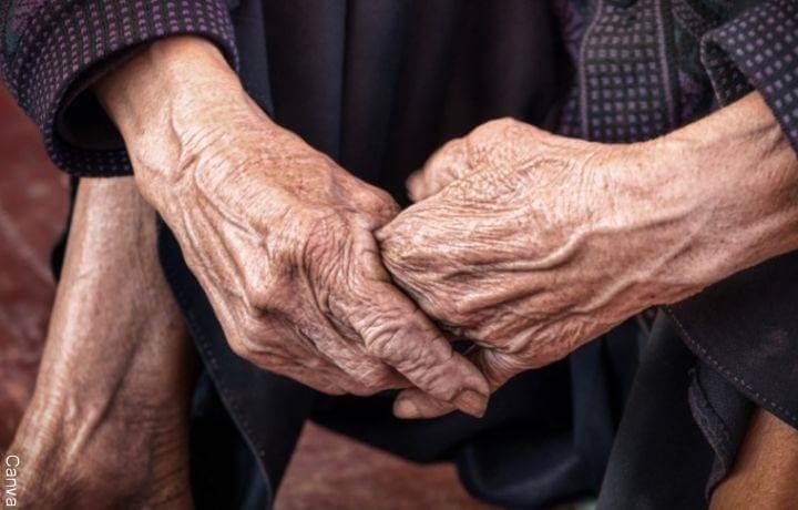 Foto de las manos de una abuelita