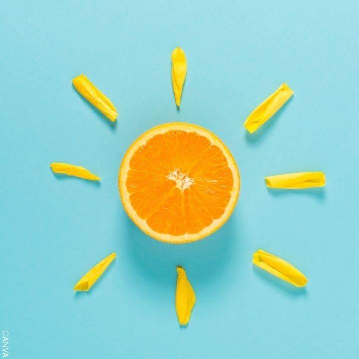 Foto de una naranja con rayos de sol