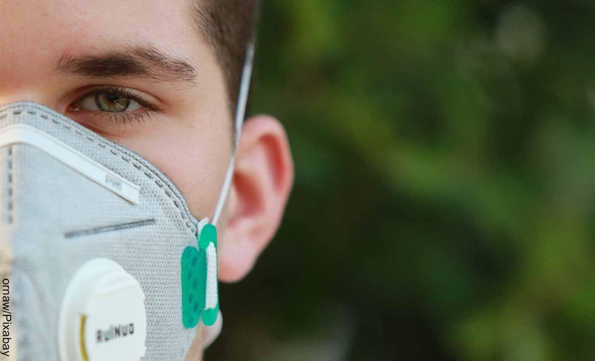 Foto de un joven usando mascarillas para la protección respiratoria
