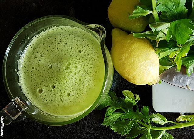 Foto de una bebida de apio y limones servida en una taza