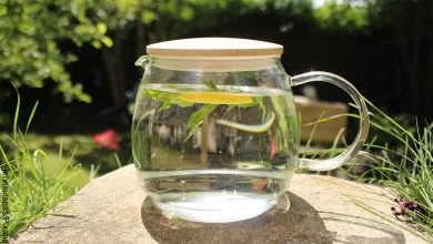 Foto de una taza con infusión herbal que revela para qué sirve el agua de apio