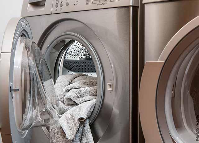 Foto de una lavadora con ropa adentro