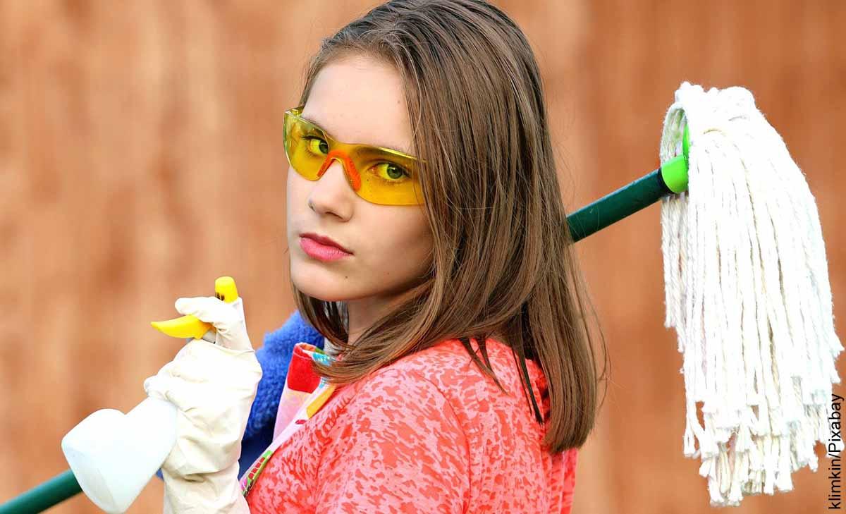 Foto de una mujer con un trapero y guantes que muestra para qué sirve el amoniaco