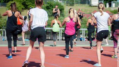 Foto de varias mujeres haciendo aeróbicos que muestra para qué sirve el calentamiento físico