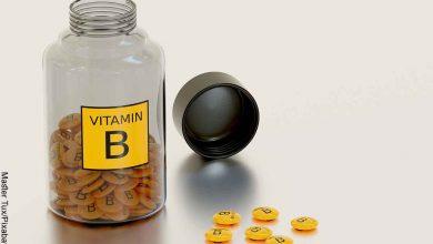 Foto de un tarro con pastillas amarillas adentro que revela para qué sirve el complejo B