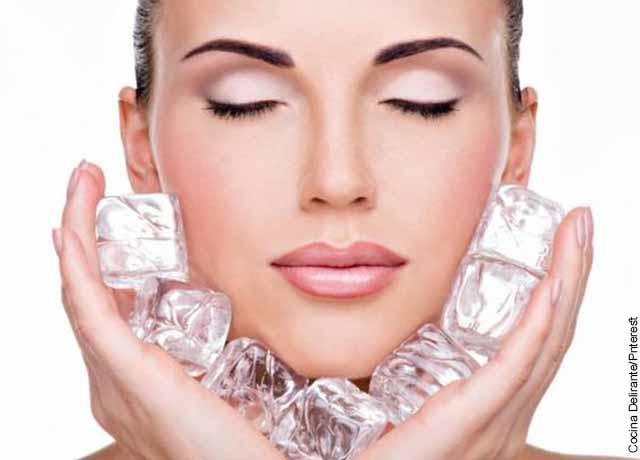Foto de una mujer poniendo varios hielos en su cara