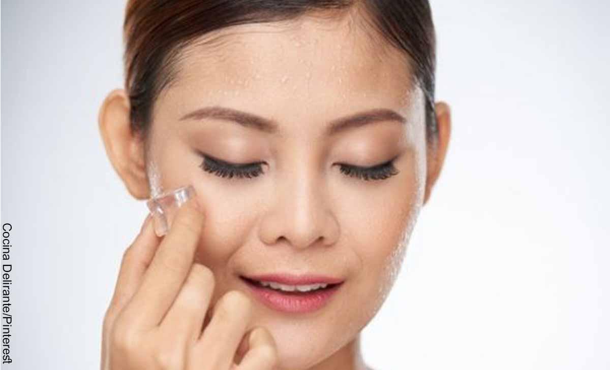 Foto de una mujer poniendo una compresa e su cara que muestra para qué sirve el hielo en la cara