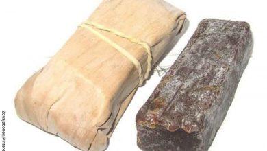 Foto de dos barras de jabón que revelan para qué sirve el jabón de tierra