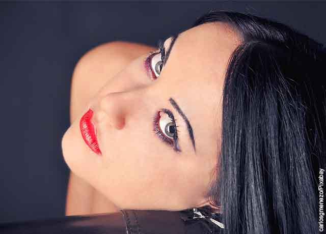 Foto de una mujer mirando a la cámara, luciendo maquillaje