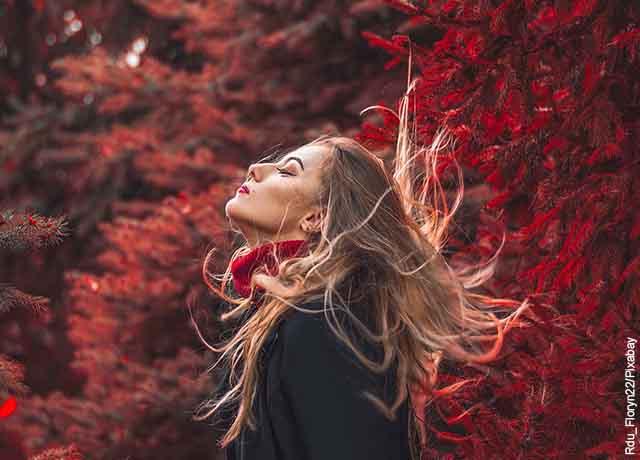 Foto de una mujer rubia despeinada por el viento