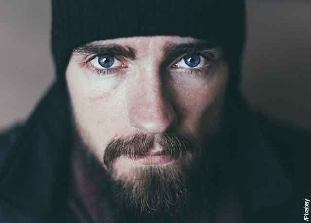 Foto de primer plano de un hombre con barba