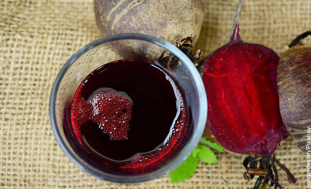 Foto de un vaso de vidrio con una bebida que revela para qué sirve el jugo de remolacha