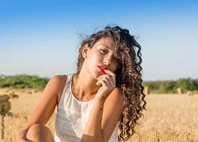 Foto de una mujer modelo posando con cabello rizado