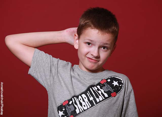 Foto de un niño tomándose la cabeza en actitud de pregunta