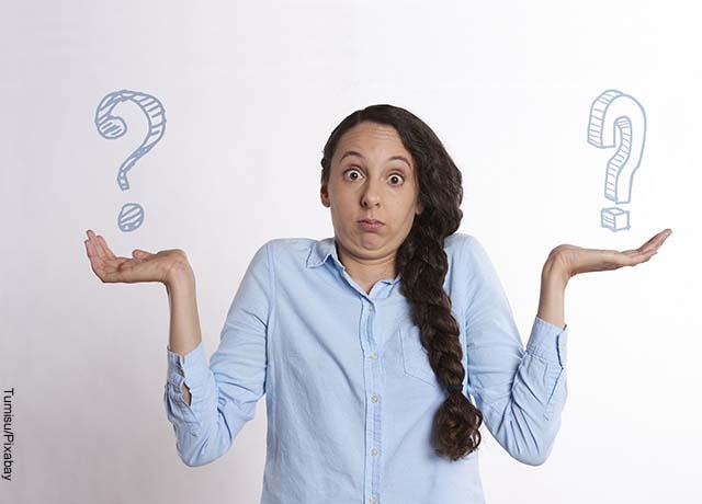 Foto de una mujer con sus manos extendidas en signo de pregunta que muestra para qué sirve la creolina