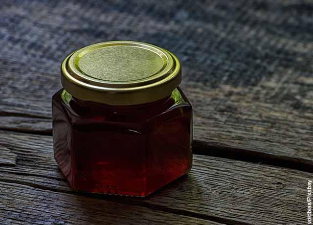 Foto de un recipiente de vidrio con una sustancia café adentro